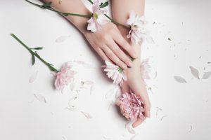 女性の手と花